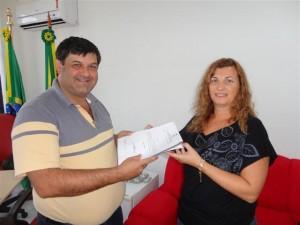 Presidente Adriano Dornelles recebe orçamento da secretária Luciana Flores. Foto Jorge Garcia