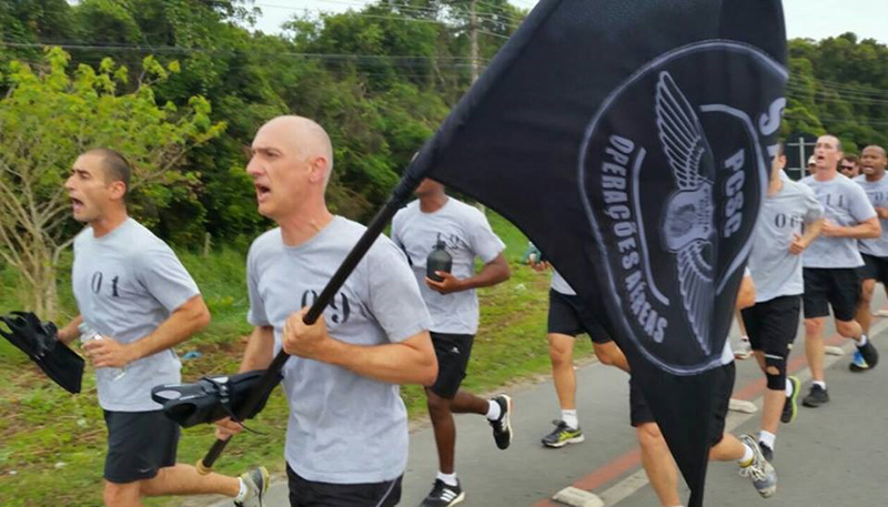 Rosariense Paulo Cristiano Dutra, com a bandeira, participou de provas para Operador Multimissão. Foto: Arquivo Pessoal/Divulgação