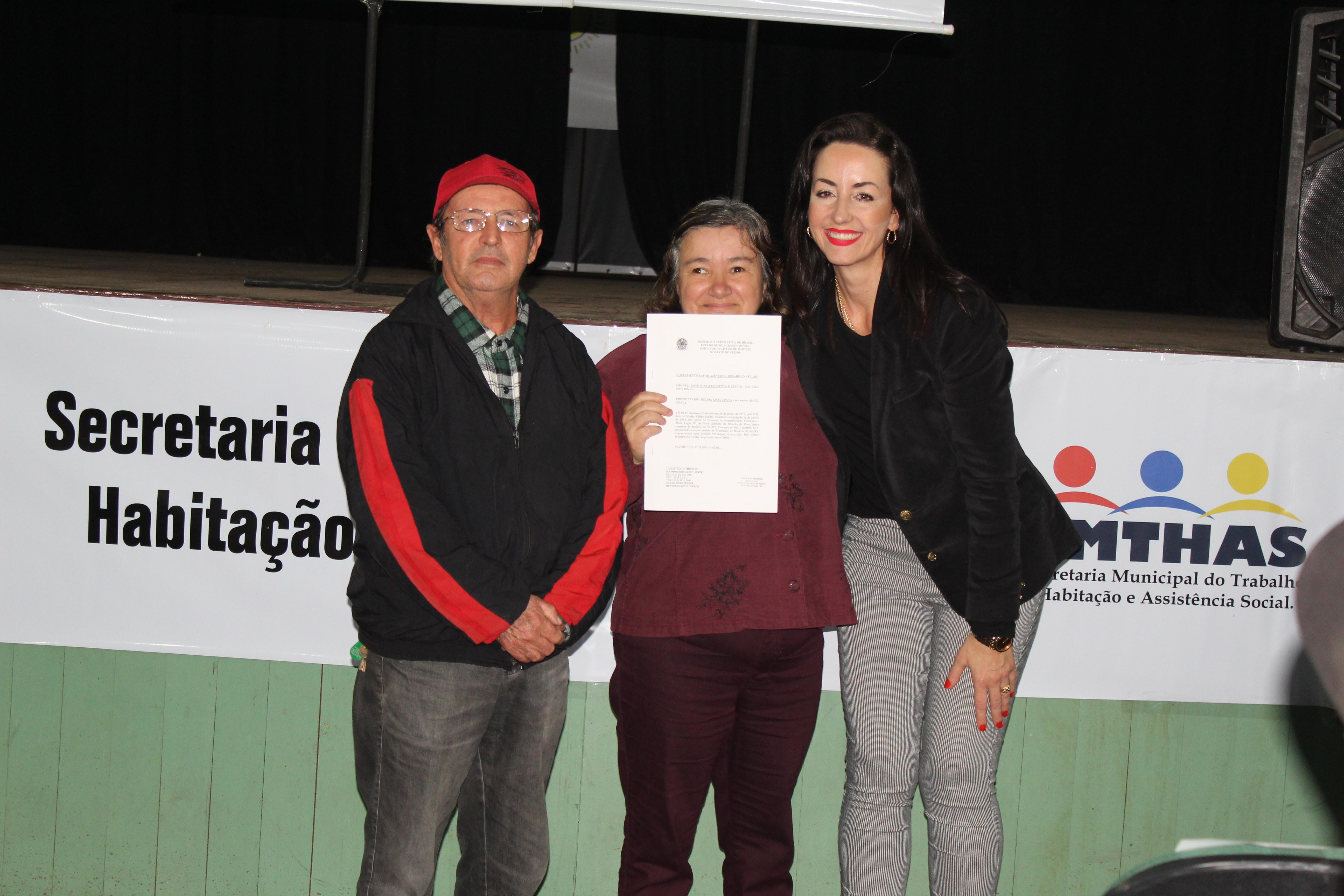 Prefeita de Rosário do Sul entrega título de posse a moradores do bairro Lafar Azevedo
