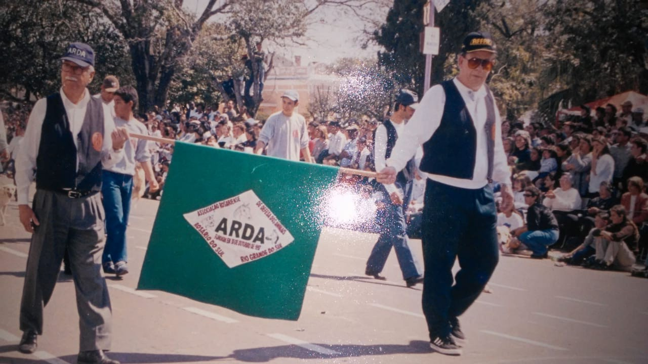 Em um dos desfiles em que a ARDA participou, Otaciano (D) leva a bandeira da entidade junto com o também saudoso Bonett